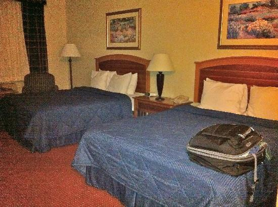 Comfort Inn & Suites Truth or Consequences: Floor lamp in corner & nightstand with lamp between the beds