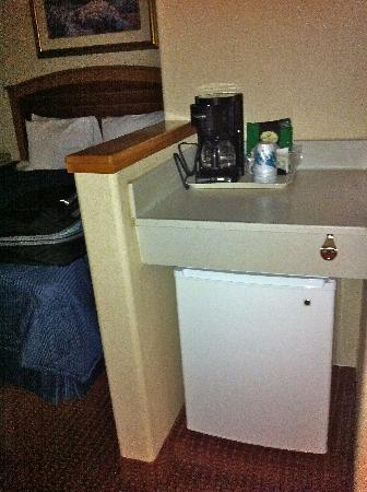 Comfort Inn & Suites Truth or Consequences: Coffeemaker, counter, & fridge (no M/V)