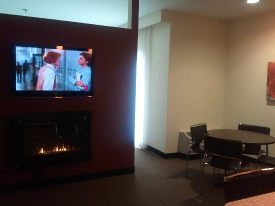 Berlin Grande Hotel: Flat screen tv and ventless fireplace