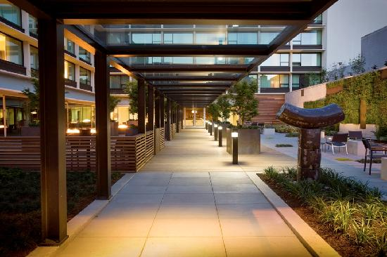 Hotel Modera: Sixth Street Entrance through Courtyard