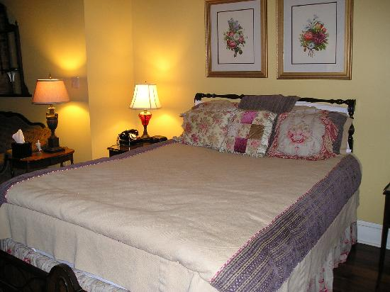 Plains Historic Inn: Our bed