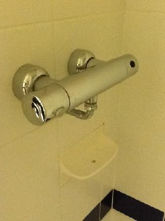 Travelodge Staines: Broken tap.