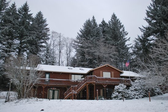 Columbia River Guest House at the Eagle Ranch: The B&B in the snow