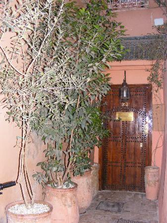 Riad Villa Harmonie: Entrance to the Riad at the end of a little alley
