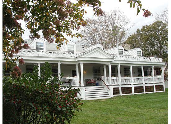Captain Stannard House Bed and Breakfast Country Inn: The stunning back porch