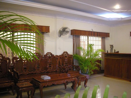 Check Inn Siem Reap: Reception and Sofa