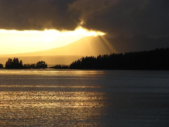 Otter's Cove Bed & Breakfast: Sunset view of  Mt Edgecumb from the hot tub