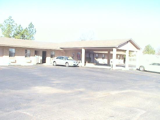 Spiro, OK: motel exterior view-free parking