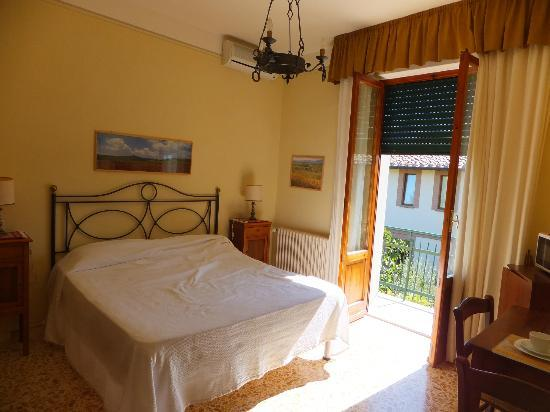 Bed&amp;Breakfast Camere Andrei: the large and bright room