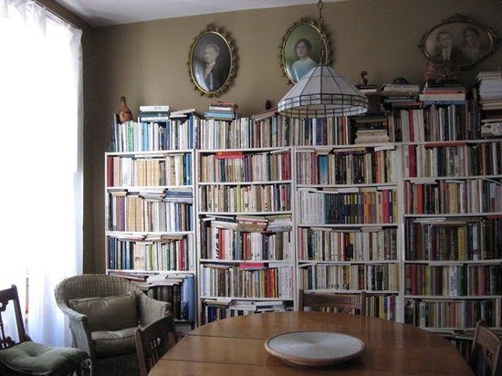 Gite Au Croissant de Lune: Réne's library in the dining room