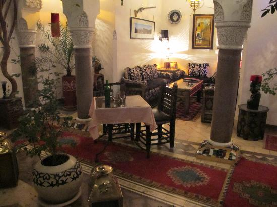 Riad Dar Eliane: Central patio - free wi-fi