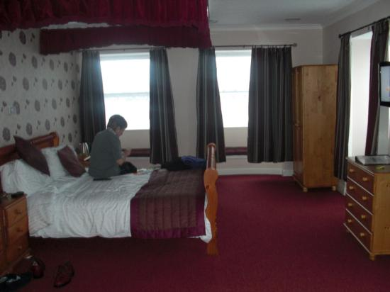 Barrowfield Hotel: a large bedroom!