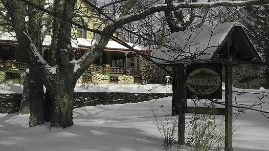 Rosehaven Inn Bed and Breakfast: View from the road with fresh snow.