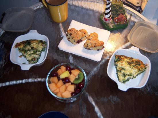 Serendipity Bed & Breakfast & Suites: The yummy breakfast that was delivered to our door in a basket.