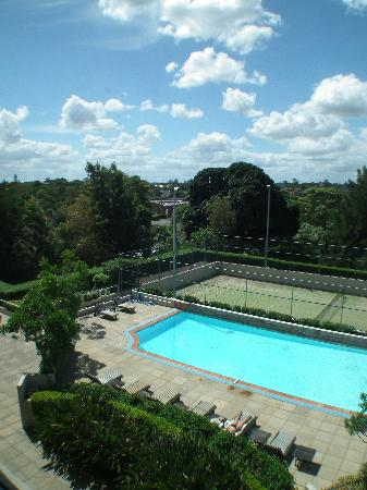 Mercure Sydney Parramatta: Pool and tennis court