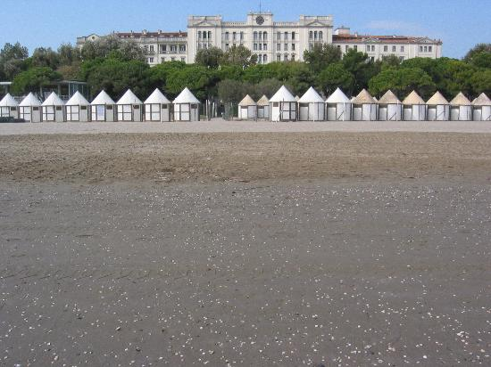 Hotel Des Bains, Venice Lido Resort: view of the hotel from the beach