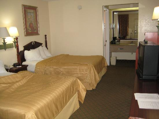 Quality Inn Crystal River: Very roomy for lil&#39; ol&#39; me