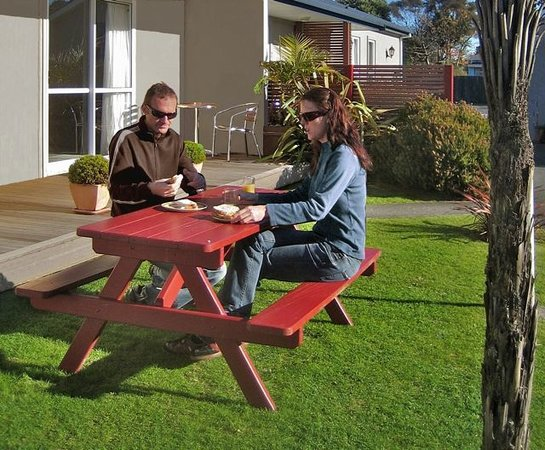 Buller Court Motel: Relax in the garden