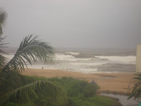 Hotel Goan Heritage: Partial View of beach from Room
