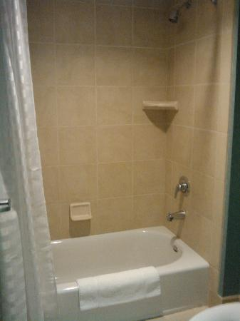 Hyatt Place Santa Fe: clean bathtub/shower