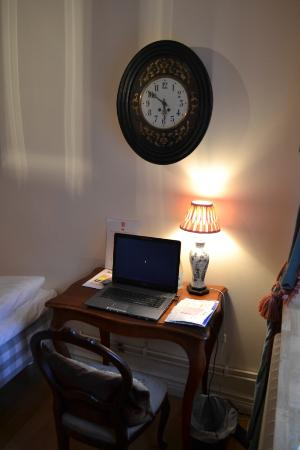 Hotel Maria: Single room: Writing Desk