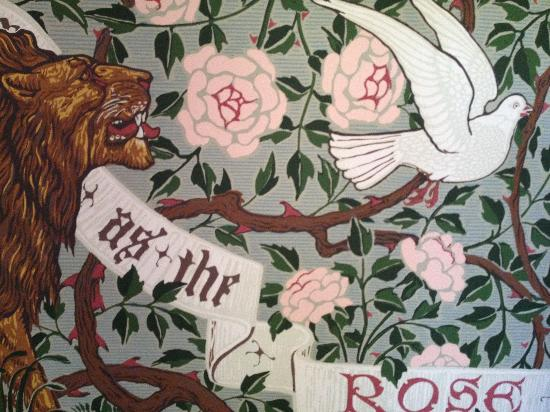 The Lion and The Rose Bed and Breakfast: Lovely wallpaper in the foyer
