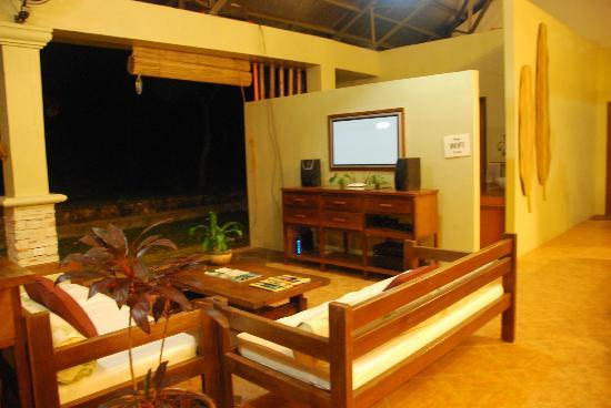 Busuanga Island Paradise: Lounge Area where satellite TV and newspapers/magazines are