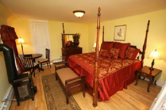 The flume suite four poster king size bed fireplace 2 for Eastgate motor inn littleton nh