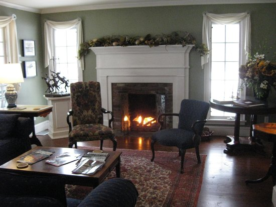 ‪‪Four Columns Inn‬: Main house sitting room with fireplace.‬
