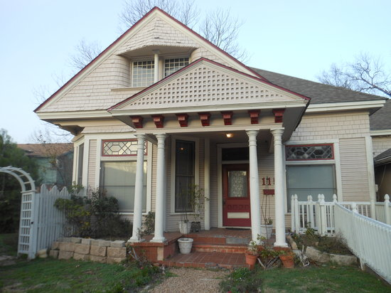 Creekside Garden Bed and Breakfast: Front of the house (winter time)