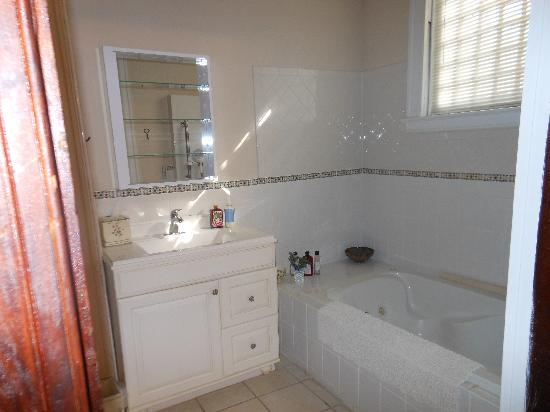 Creekside Garden Bed and Breakfast: Partial view of Classic Garden Room bathroom