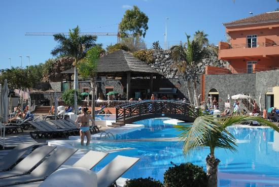 Det stora poolomr det med poolbar picture of melia for Jardin del teide