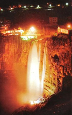 Iris Flower Hotel: Jezzine&#39;s Cascade at night