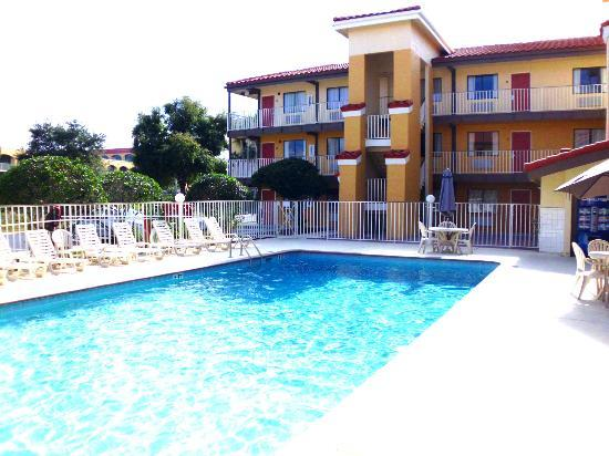 Quality Inn & Suites By The Parks: Pool im Innenhof..