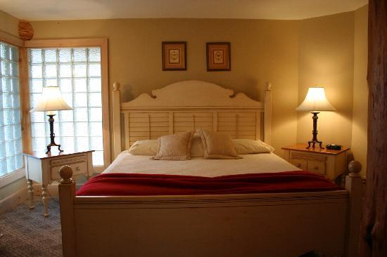 The Irwin Inn: Lakeside Suite Master Bedroom