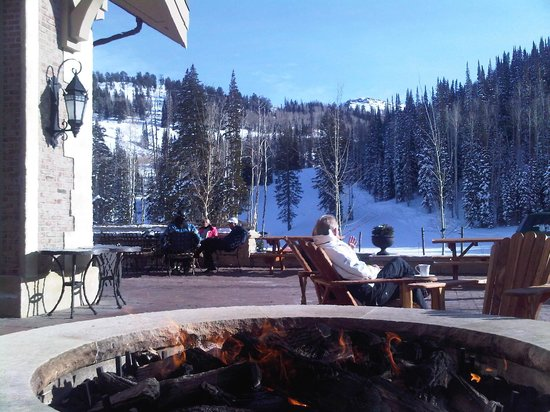 Montage Deer Valley: relaxing fire pit for those taking a break from skiing!
