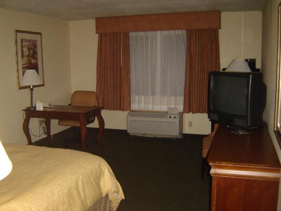 Country Inn & Suites Bothell: TV, Bed, and Table