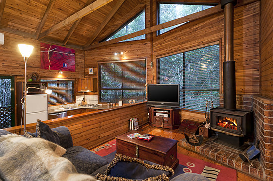 The Mouses House Rainforest Retreat: Lounge and Fireplace