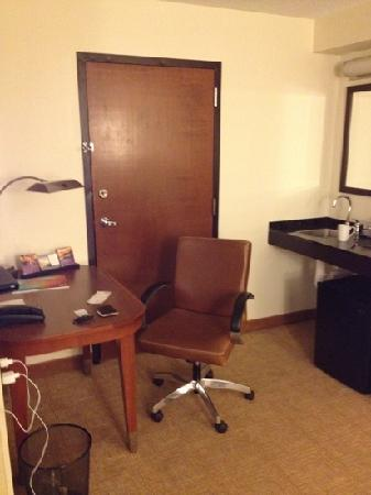 Hyatt Place Memphis Primacy Parkway: kitchenette and office area