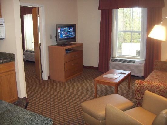 Hampton Inn and Suites Chapel Hill / Durham Area: Living area