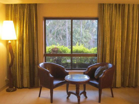 Neelam Hotels - The Glitz Goa: Sitting Area in the room