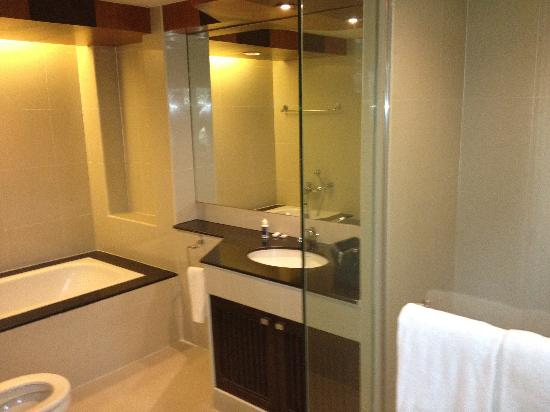 Gardengrove Suites Boutique Serviced Residence: Luxury bathroom with fluffy towels!
