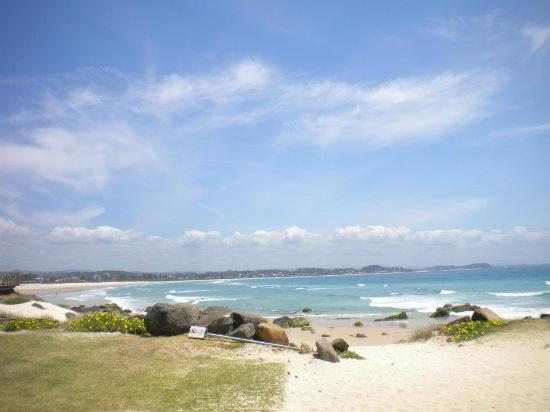 Coolangatta Sands Hostel: gorgeous beach