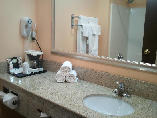 Baymont Inn &amp; Suites East Windsor: Granite Top (Bathroom)