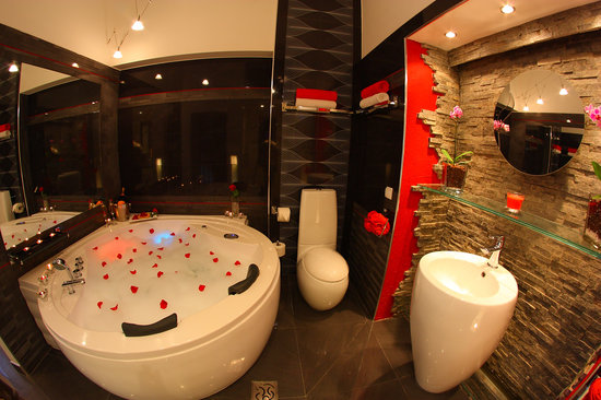 Komorowski Luxury Guest Rooms: bathroom with 2-person jacuzzi