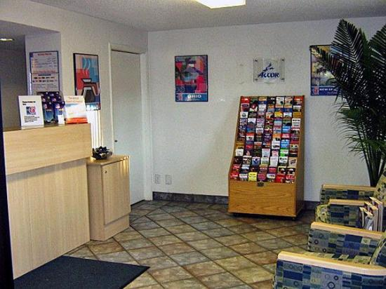 Motel 6 York: Lobby Area