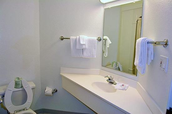 Motel 6 Buena Park: Guest Bathroom