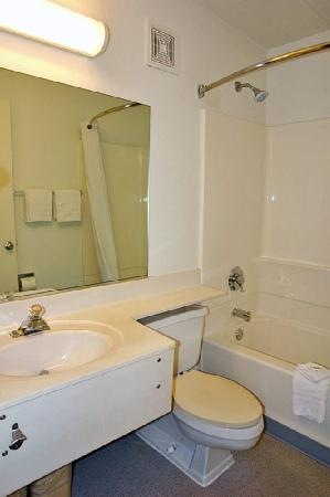 Motel 6 Providence - Warwick: Guest Bathroom