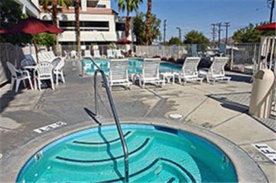 Motel 6 Palm Springs Downtown: Outdoor Pool