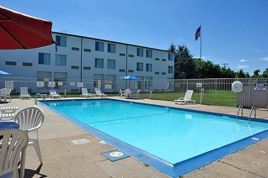 Motel 6 Providence - Warwick: Outdoor Pool